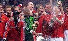 Οι ποδοσφαιριστές της Μάντσεστερ Γιουνάιτεντ κατά τη διάρκεια πανηγυρισμών