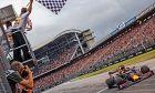 O Mαξ Φερστάπεν δίνει την πρώτη θέση στη Red Bull, στον αγώνα που αποδείχθηκε καταστροφικός για τους περισσότερους