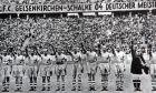 """Ο τελικός του γερμανικού πρωταθλήματος το 1939 διεξήχθη ανάμεσα σε Σάλκε και Αντμίρα. Στις 11 Απριλίου του 2005, η Σάλκε δημοσίευσε μια έρευνα με την ιστορία του συλλόγου στην διάρκεια του Τρίτου Ράιχ. Είναι η πρώτη ομάδα της Bundesliga που έξετασε το παρελθόν της ουδέτερα, στη σύγχρονη ιστορία της Γερμανίας. Τα αποτελέσματα βρίσκονται στο βιβλίο 360 σελίδων """"Ανάμεσα στο μπλε και το λευκό είναι το γκρι"""", των εκδόσεων Klartext Verlag. (AP Photo/Klartext Verlag)"""