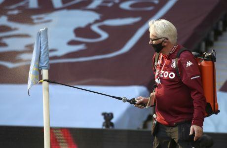 Απολύμανση στα σημαιάκια του κόρνερ πριν την σέντρα στην αναμέτρηση Άστον Βίλα - Σέφιλντ Γιουνάιτεντ, για την 2η αγωνιστική της Premier League | 21 Σεπτεμβρίου 2020. (Tim Goode/Pool via AP)
