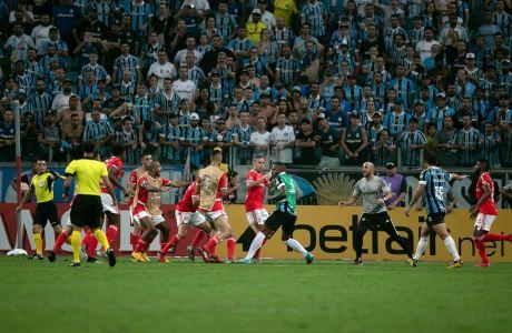 Παίκτες της Γκρέμιο και της Ιντερνασιονάλ σε σύρραξη κατά τη διάρκεια αναμέτρησης για τη φάση των ομίλων του Copa Libertadores 2019-2020 στην 'Αρένα ντο Γκρέμιο', Πόρτο Αλέγκρε, Πέμπτη 12 Μαρτίου 2020