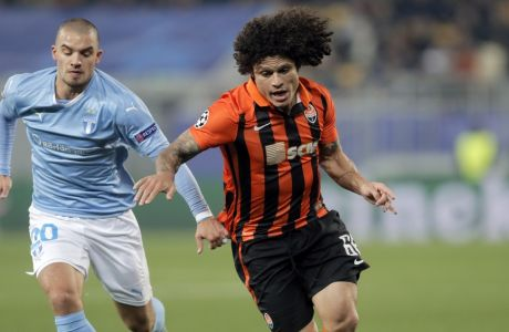 Shakhtar's Marcio Azevedo, right, outruns Malmo's Vladimir Rodic during the Champions League Group A soccer match between FC Shakhtar and Malmo at Arena Lviv stadium in Lviv, western Ukraine, Tuesday, Nov. 3, 2015. (AP Photo/Efrem Lukatsky)