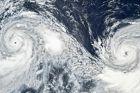 Η φωτογραφία είναι από δορυφόρο και δείχνει τους δυο τυφώνες που βρίσκονται σε απόσταση 1.500 χιλιομέτρων