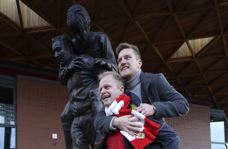 To μπρούτζινο άγαλμα του Μπομπ Πέισλι που κουβαλάει στους ώμους του τον Έμλιν Χιουζ εμπνέει πλέον τους φίλους της Λίβερπουλ, έξω από το 'Άνφιλντ'