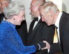 Ο Μπερτ Τράουτμαν με τη βασίλισσα Ελισάβετ το 2004