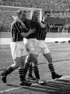 Ο Μπερτ Τράουτμαν, υποβασταζόμενος από τους συμπαίκτες του στη Μάντσεστερ Σίτι, Ντέιβιντ Γιούιν και Μπιλ Λέιβερς (δεξιά), στον τελικό του Κυπέλλου Αγγλίας, το 1956