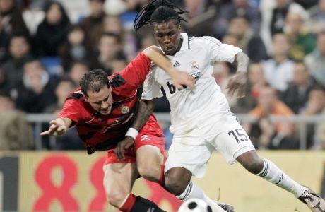 O Ρόιστον Ντρένθε, σε μάχη με τον Ιόζου Ινγκλέσιας, σε αγώνα της Ρεάλ με την Ρεάλ Ουνιόν -της τρίτης κατηγορίας- για το Copa del Rey της 11ης Νοεμβρίου του 2008.