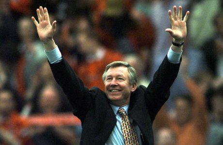 O Άλεξ Φέργκιουσον ευχαριστεί το λαό για την αποθέωση, μετά το 2-1 επί της Τότεναμ, το Μάιο του 1999.
