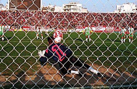 Ο Αλέξης Αλεξανδρής αστοχεί σε πέναλτι απέναντι στον Γιόζεφ Βάντσικ για το κύπελλο, τον Μάρτιο του 1995, στο 'Γεώργιος Καραϊσκάκης'