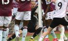 Η φάση του 42ου λεπτού, με τον Νάιλαντ να μπαίνει στην εστία αγκαλιά με τη μπάλα, αλλά το γκολ να μην κατακυρώνεται. Το goal line technology έχασε την φάση, με συνέπεια να μην υπάρξει ειδοποίηση στο ρολόι του ρέφερι Μάικλ Όλιβερ. (Paul Ellis/Pool via AP)