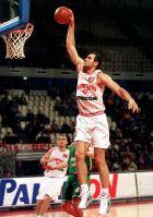 O Ντράγκαν Τάρλατς καρφώνει σε αγώνα με την Πιβοβάρνα το 1999 Σε δεύτερο πλάνο ο Ινιάκι Ντε Μιγκέλ