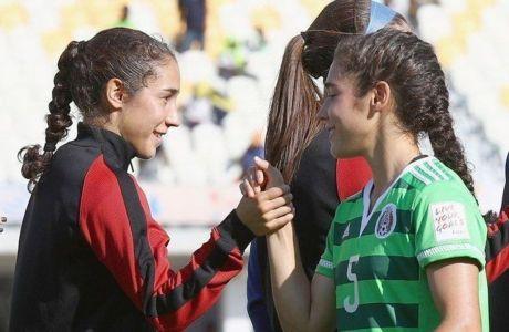 Παίκτρια των ΗΠΑ παρηγορεί την δίδυμη αδερφή της που αγωνίζεται στο Μεξικό