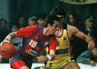 Ο Έπι με αντίπαλο τον Παναγιώτη Γιαννάκη σε μια από τις παραδοσιακές μάχες της Μπαρτσελόνα με τον Άρη στο Κύπελλο Πρωταθλητριών