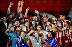 Με τον Πέδρο Μαρτίνς, τον Κριστιάν Καρεμπέ, τους παίκτες του Ολυμπιακού και τον Βαγγέλη Μαρινάκη που του αφιέρωσε το πρωτάθλημα της φετινής χρονιάς. Η τελευταία του πανηγυρική φωτογραφία