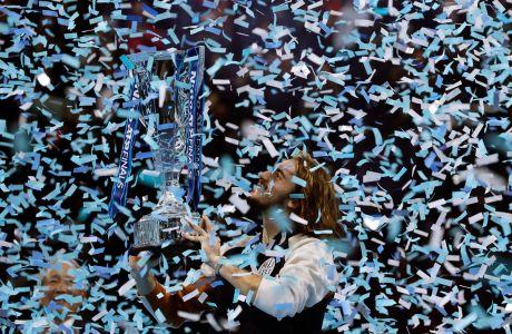 Ο Στέφανος Τσιτσιπάς πανηγυρίζει με το τρόπαιο του ATP World Finals 2019 ύστερα από τη νίκη του επί του Ντόμινικ Τιμ στην 'OZ Arena', Λονδίνο, Κυριακή 17 Νοεμβρίου 2019