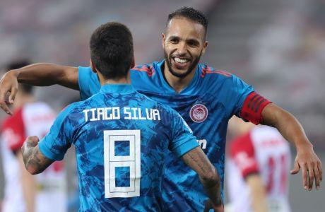 Ο Γιουσούφ Ελ Αραμπί και ο Τιάγκο Σίλβα πανηγυρίζουν το τέταρτο γκολ, που έβαλε ο πρώτος και δημιούργησε ο δεύτερος