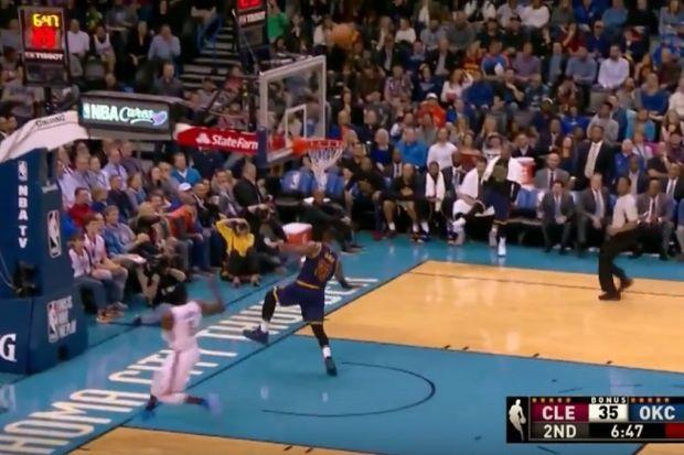 Ο LeBron James έπεσε από... αόρατο μαρκάρισμα! (video)