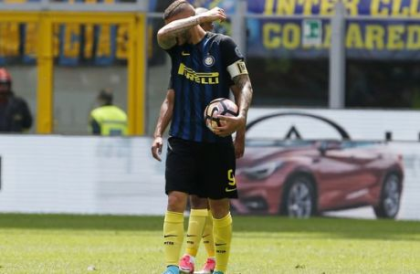 Inter Milan's Mauro Icardi reacts after Sassuolo's Simone Missiroli scored during the Serie A soccer match between Inter Milan and Sassuolo at the San Siro stadium in Milan, Italy, Sunday, May 14, 2017. (AP Photo/Antonio Calanni)