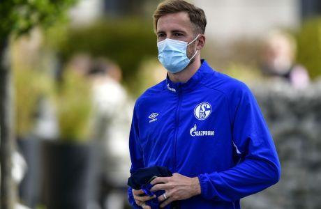 Ο γκολκίπερ της Σάλκε, Ραλφ Φέρμαν, φεύγει από το ξενοδοχείο με προστατευτική μάσκα πηγαίνοντας για προπόνηση. (AP Photo/Martin Meissner)