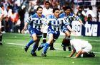 Ο Αλφρέδο έχει πετύχει το νικητήριο 2-1 στον τελικό του Κυπέλλου και πανηγυρίζει έξαλλα μαζί με τους Μπεμπέτο και Μανχαρίν (27/6/1995)