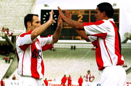 Ο Αλέκος Αλεξανδρής και ο Ζιοβάνι του Ολυμπιακού πανηγυρίζουν γκολ στην αναμέτρηση με τον Ιωνικό για την Α' Εθνική 1999-2000 στο Ολυμπιακό Στάδιο, Τετάρτη 3 Μαΐου 2000