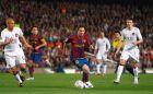 Το πρώτο παιχνίδι στο οποίο βρέθηκαν αντιμέτωποι Μέσι και Ρονάλντο. Ο Αργεντίνος σε πρώτο πλάνο, ο Πορτογάλος διακρίνεται στο βάθος (ημιτελικός Champions League 2007/08, Μπαρτσελόνα - Μάντσεστερ Γιουνάιτεντ 0-0, 23/4/2008).