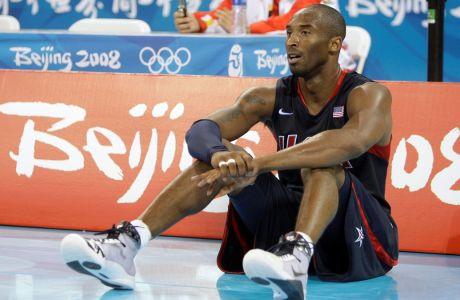 Ο Κόμπε Μπράιντ περιμένει την στιγμή που θα φορέσει το χρυσό μετάλλιο, μετά τη νίκη των ΗΠΑ επί της Ισπανίας με σκορ 118-107 στον τελικό των Ολυμπιακών Αγώνων του Πεκίνου το 2008.  (AP Photo/Dusan Vranic)