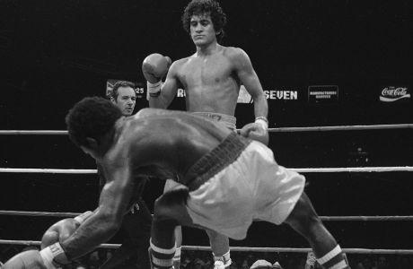 Ο πρωταθλητής WBC στην κατηγορία φτερού, Σαλβαδόρ Σάντσες, ρίχνει τον διεκδικητή Αζουμάχ Νέλσον σε αγώνα στη Νέα Υόρκη, Πέμπτη 22 Ιουλίου 1982