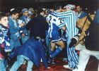 Το ματς έχει λήξει, το πρωτάθλημα έχει χαθεί και οι φίλαθλοι της Ντέπορ προσπαθούν να παρηγορήσουν τους παίκτες της ομάδας τους (14/5/1994)