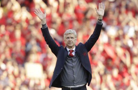 Ο Αρσέν Βενγκέρ αποχαιρετά τον κόσμο της Άρσεναλ στο Emirates του Λονδίνου, στο τελευταίο του παιχνίδι στον πάγκο των 'κανονιέρηδων' μετά από 22 χρόνια παρουσίας του στην τεχνική ηγεσία της ομάδας  (AP Photo/Matt Dunham)