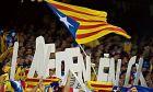 """""""Ανεξαρτησία"""" και estelada, η σημαία της ανεξαρτησίας της Καταλονίας στις κερκίδες του """"Καμπ Νόου""""."""