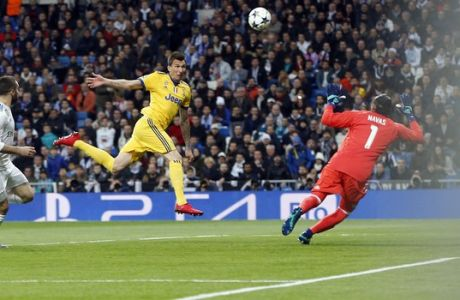 Juventus' Mario Mandzukic scores his side's opening goal during a Champions League quarter-final, 2nd leg soccer match between Real Madrid and Juventus at the Santiago Bernabeu stadium in Madrid, Spain, Wednesday, April 11, 2018. (AP Photo/Paul White)