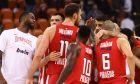 Οι παίκτες του Ολυμπιακού πανηγυρίζουν τη νικη τους επί της Αρμάνι Μιλάνου