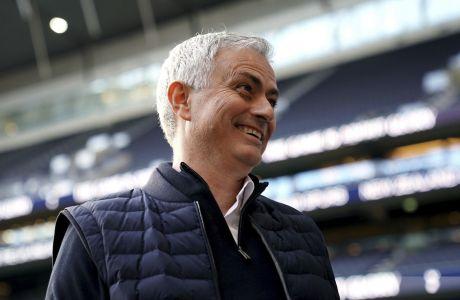 Ο Ζοζέ Μουρίνιο, προπονητής της Τότεναμ, χαμογελάει πριν από τον αγώνα της ομάδας του κόντρα στην Μπόρνμουθ, στο Λονδίνο..