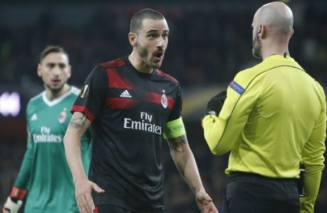 AC Milan's Leonardo Bonucci argues with the fourth referee during the Europa League round of 16 second leg soccer match between Arsenal and AC Milan at the Emirates stadium in London, Thursday, March, 15, 2018. (AP Photo/Alastair Grant)