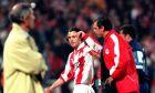 Ο Ζλάτκο Ζάχοβιτς του Ολυμπιακού σε στιγμιότυπο με τον προπονητή του Αλμπέρτο Μπιγκόν και τον βοηθό προπονητή Τάσο Μητρόπουλο κόντρα στον Παναθηναϊκό για την Α' Εθνική 1999-2000 στο Ολυμπιακό Στάδιο   Κυριακή 26 Μαρτίου 2000