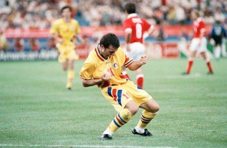 Ο Γκέοργκε Χάτζι της Ρουμανίας πανηγυρίζει γκολ που σημείωσε κόντρα στην Ελβετία για τη φάση των ομίλων του Παγκοσμίου Κυπέλλου 1994 στο 'Σίλβερντομ', Μίτσιγκαν, Τετάρτη 22 Ιουνίου 1994