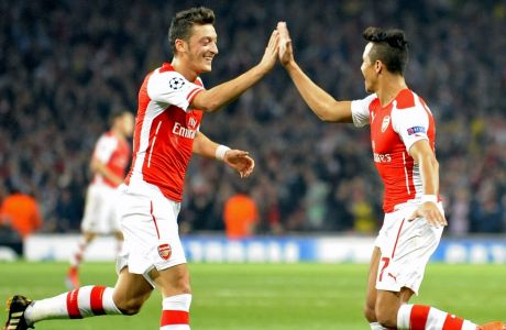 epa04427193 Arsenal's Alexis Sanchez (R) celebrates scoring the 3-0 goal with Mesut Ozil (L) during the UEFA Champions League group D soccer match between Arsenal FC and Galatasaray Istanbul in London, Britain, 01 October 2014.  EPA/GERRY PENNY