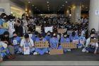Νοσοκόμοι και γιατροί φορούν καλλύματα στα μάτια, ως μέσο διαμαρτυρίας στη βαρβαρότητα της αστυνομίας, εις βάρος των διαδηλωτών -σε νοσοκομείο του Χονγκ Κονγκ. Ζητούν ανεξάρτητη έρευνα για την κατάχρηση δύναμης και την αμέλεια των αστυνομικών.