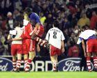 """Το παιχνίδι στο """"Μπερναμπέου"""" έχει λήξει και οι παίκτες της Μπάγερν πανηγυρίζουν το 0-1 (1/5/2001)"""
