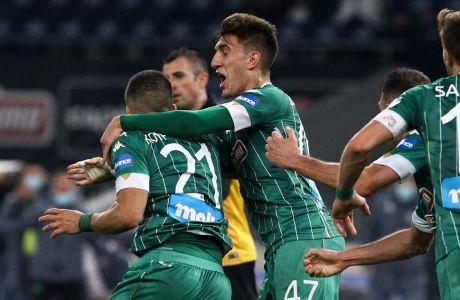 Ο Βασίλης Ζαγαρίτης έχει μόλις φτιάξει το γκολ για τον Δημήτρη Κουρμπέλη και μαζί πανηγυρίζουν το 2-0 του Παναθηναϊκού επί της ΑΕΚ