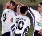 Πέτρος Μαρινάκης και Ρόναλντ Γκομές πανηγυρίζουν την επίτευξη γκολ για τον ΟΦΗ