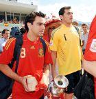 Τσάβι και Ίκερ Κασίγιας με το τρόπαιο του EURO 2008.