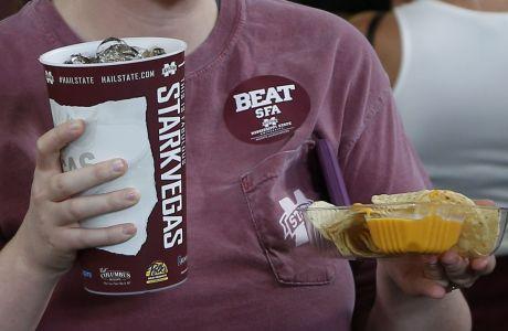 Οπαδός του Missisipi State κρατάει αναψυκτικό και νάτσος από το snack bar του σταδίου Davis Wade