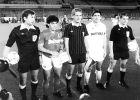 Ντιέγο Μαραντόνα και Κάρλος Σαντιγιάνα, οι δυο αρχηγοί μαζί με τον διαιτητή και τους επόπτες στην αναμνηστική φωτογραφία πριν την έναρξη του αγώνα (16/9/1987).