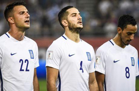 Από αριστερά, Ανδρέας Σάμαρης, Κώστας Μανωλάς και Ζέκα κατά την ανάκρουση του Εθνικού Ύμνου της Ελλάδας, πριν από τον αγώνα με το Βέλγιο, για τα προκριματικά του Παγκοσμίου Κυπέλλου 2018, στο 'Γεώργιος Καραϊσκάκης', Κυριακή 3 Σεπτεμβρίου 2017