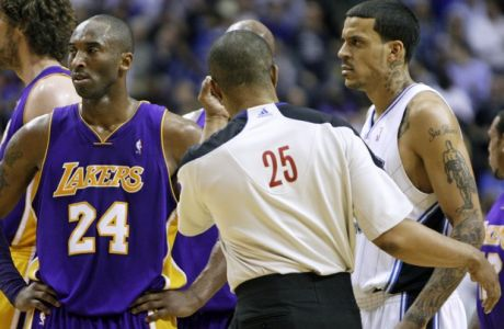 Official Tony Brothers (25) stands between Los Angeles Lakers guard Kobe Bryant (24) and Orlando Magic forward Matt Barnes, right, during the second half of an NBA basketball game in Orlando, Fla., Sunday, March 7, 2010. Orlando won 96-94. Bryant and Barnes continuously traded elbows and were each hit with a technical foul in the third quarter after going chest-to-chest in a verbal spat. (AP Photo/John Raoux)