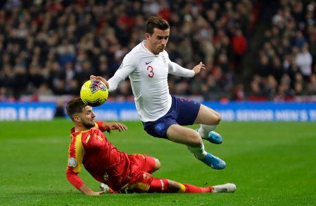 Ο Μπεν Τσίλγουελ της Αγγλίας σε στιγμιότυπο με τον Ντένι Χότσκο του Μαυροβουνίου για τα προκριματικά του Euro 2020 στο 'Γουέμπλεϊ' του Λονδίνου | Πέμπτη 14 Νοεμβρίου 2019