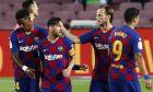 O Μέσι πανηγυρίζει με τους συμπαίκτες του ένα δικό του τέρμα στην αναμέτρηση με την Οσασούνα στο 'Camp Nou' (2-2), στις 16 Ιουλίου 2020. (AP Photo/Joan Monfort)
