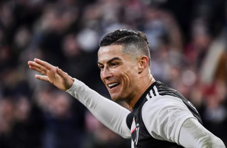Ο Κριστιάνο Ρονάλντο πανηγυρίζει την επίτευξη γκολ σε αγώνα της Serie A μεταξύ Γιουβέντους και Κάλιαρι